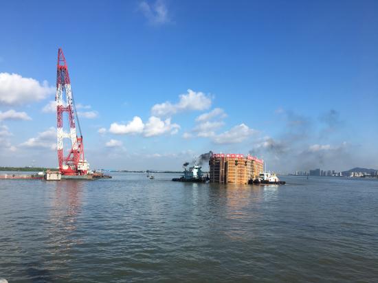 明珠湾大桥超千吨双壁钢围堰成功下水