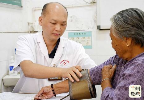 """他扎根广州南沙乡村十年,24小时开诊,被评为""""中国好人"""""""